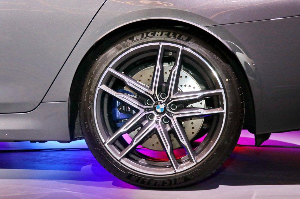 19吋M雙輻式輪圈、M複合式煞車系統與運動感十足的藍色卡鉗。 記者陳威任/攝影