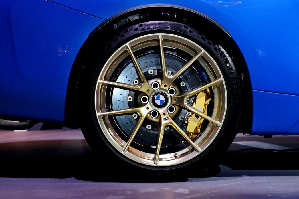 另也提供耐磨度更佳且使用壽命更長久的陶瓷煞車配金色卡鉗或19吋霧金色輪圈選項配備...