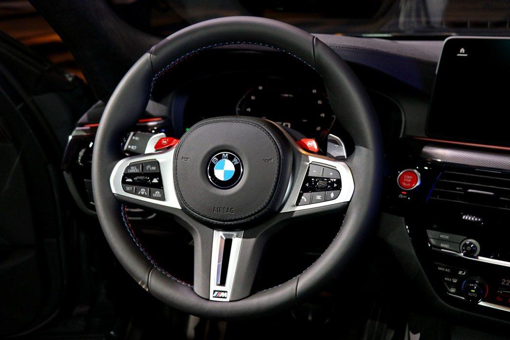 全新BMW M5配備M專屬多功能真皮方向盤,兩側的紅色M Drive(M1/M2...