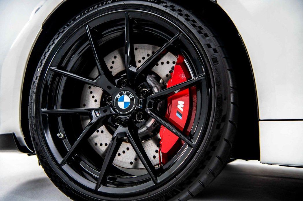 M2 CS標準配備19吋黑色高光澤輕量化鍛造鋁圈,複合式通風碟盤與紅色造型前6後...