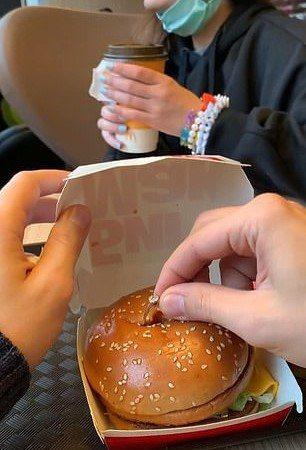 俄羅斯男子日前在麥當勞大麥克漢堡裡藏了戒指向交往四年的女友求婚。圖/取自Alina Dumova抖音