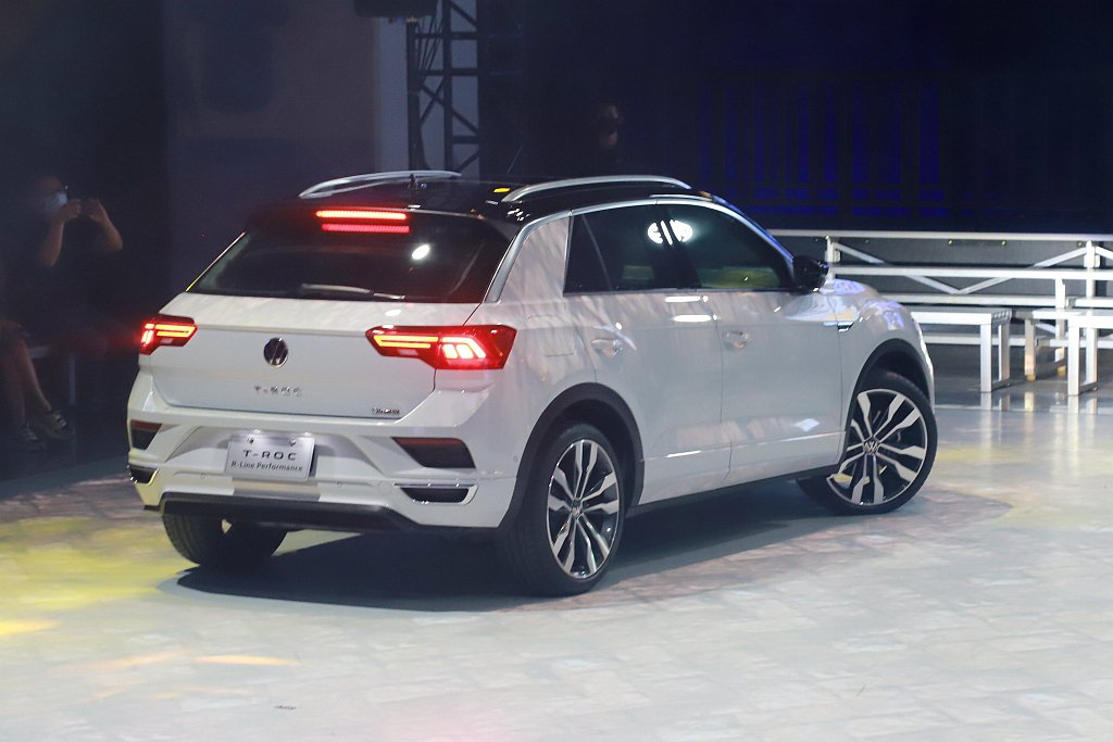 福斯T-Roc車尾則擁有LED高亮度燻黑尾燈,加上後保桿左右鍍鉻飾框和運動化雙邊...