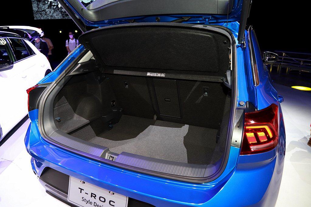 福斯T-Roc基本容積為445L,6/4分離後座椅與行李廂底板高低可調、車室容積...