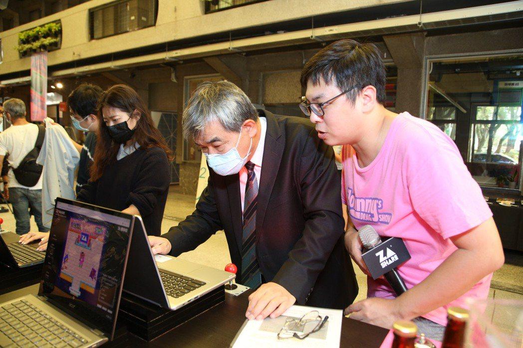 2020雜學校教育部蔡清華次長(圖左)首次體驗線上展覽。 圖/雜學校提供
