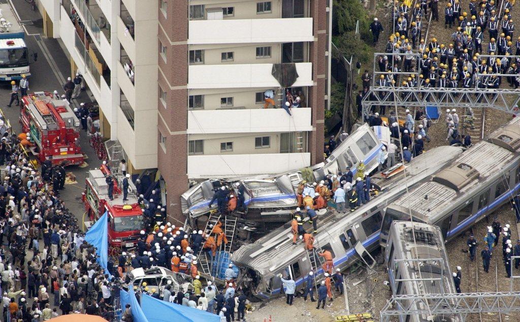 2005年4月25日早上,JR福知山線列車在彎道出軌翻覆,是日本國鐵民營化之後,傷亡最慘重的事件。 圖/美聯社