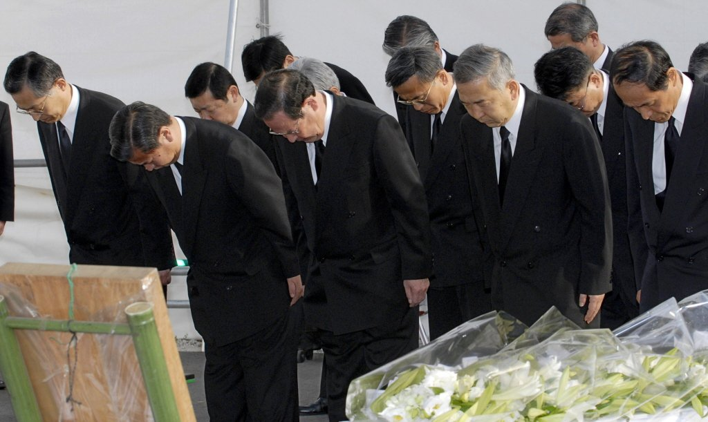 山崎正夫(左三)開啟了與淺野的對話,以及JR西日本改變的開端。 圖/美聯社
