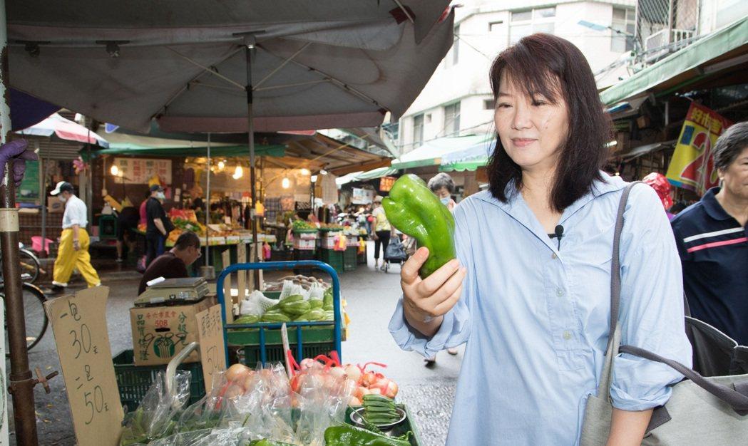 韓良憶對菜市場的人情味情有獨鍾。記者陳立凱/攝影