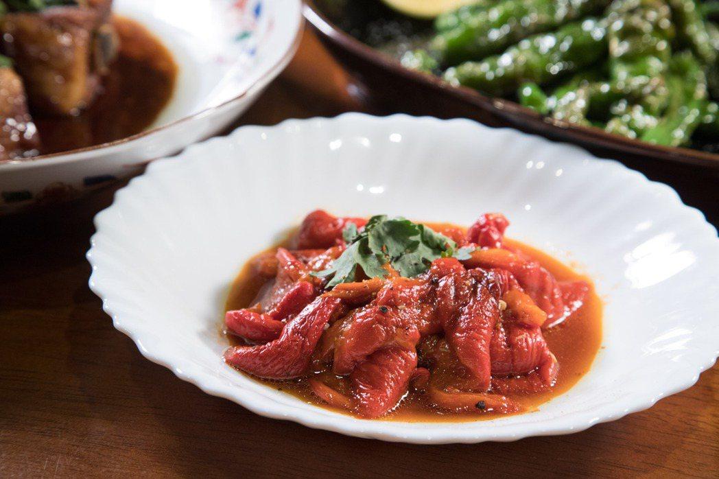 韓良憶在家中請客時,常會準備這道「糖醋剝皮烤甜椒」當開胃菜。記者陳立凱/攝影