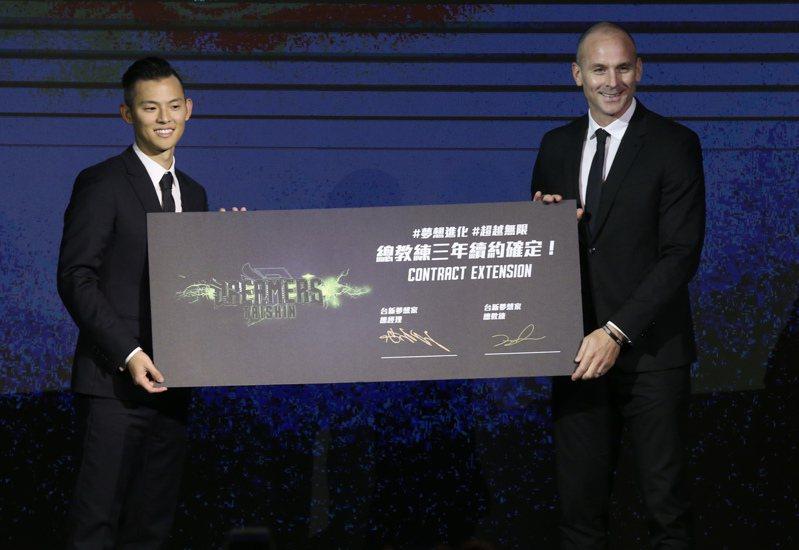 寶島夢想家第4季冠名「台新夢想家」,並續約加籍洋教頭總教練Julius。 記者林俊良/攝影