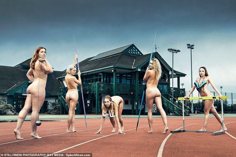 月曆其中一張比較特別的照片是由5位田徑隊女生,在運動場跑道上全裸,以標槍、鉛球、跨欄欄杆和兩隻運動鞋掩蓋敏感部位。 圖/翻攝自英國「每日郵報」