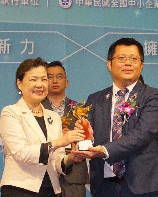 昌泰科醫總經理趙書宏(右)代表接受經濟部部王美花的頒獎。 楊連基/攝影