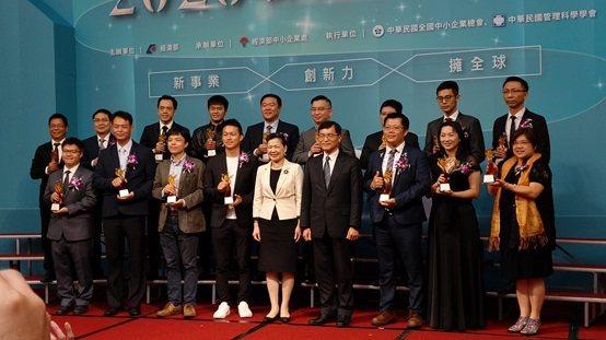 第19屆新創事業獎獲獎人員與部長王美花合影。 昌泰科醫/提供