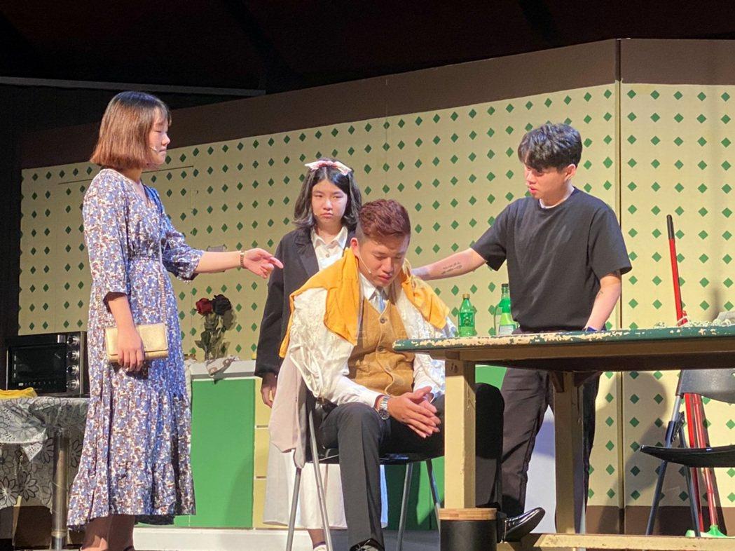 龍華科大應外系第十九屆畢業公演,演出作品《廚房鬧劇》刻劃人心。龍華科大/提供