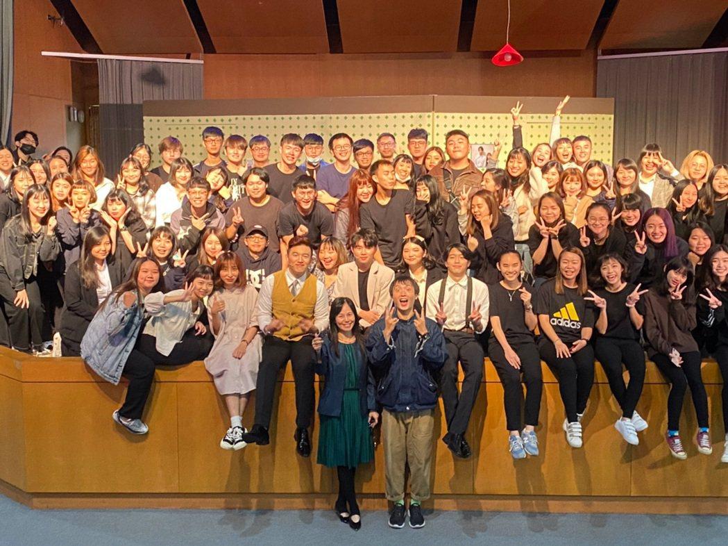 龍華科大應外系畢業公演,全體參演師生大合照。龍華科大/提供