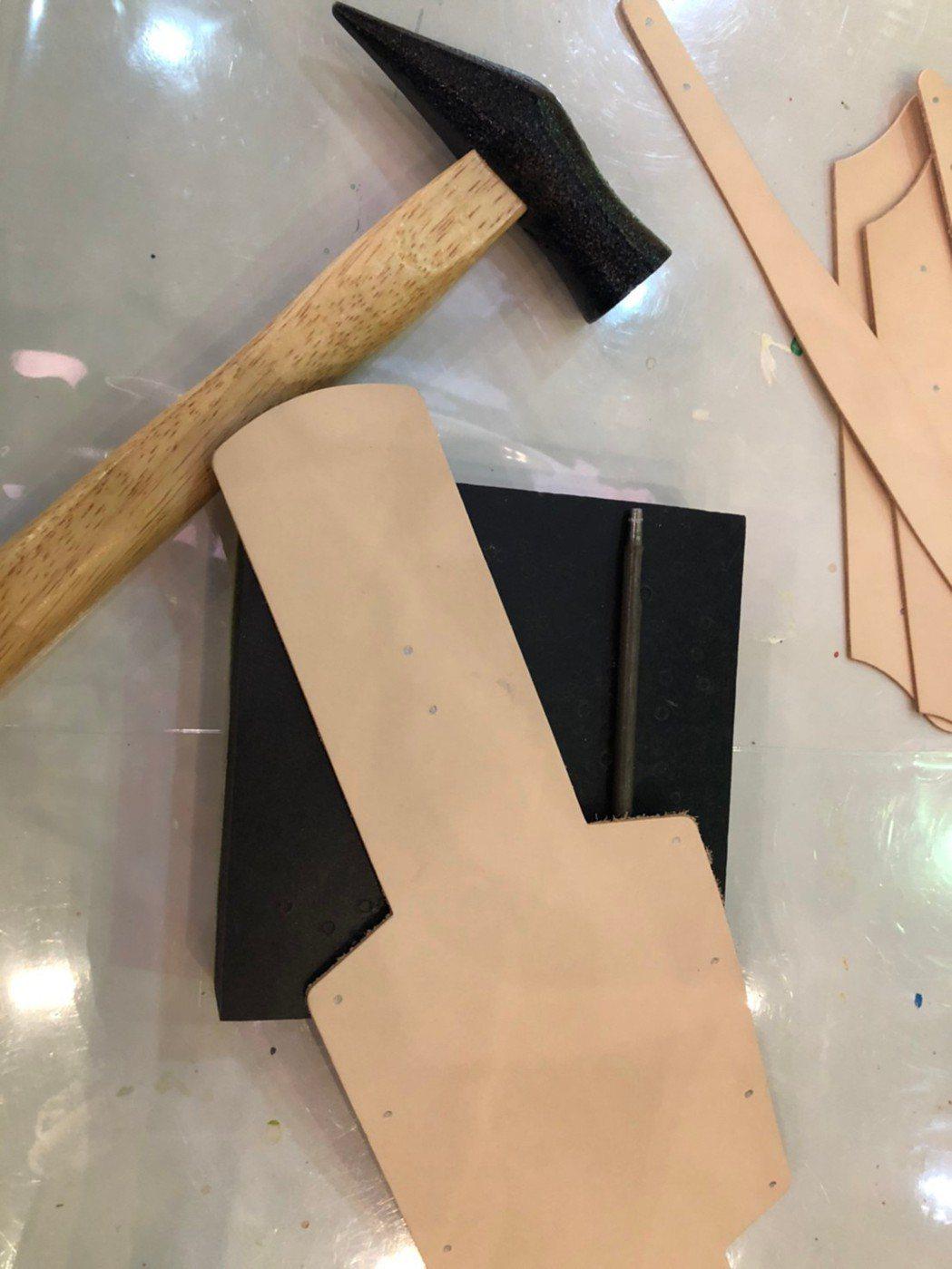 記者親自體驗DIY手作包包課程。 呂政道/攝影