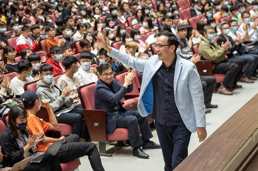 朱立倫至中原大學演講,受到師生熱烈歡迎。 中原大學/提供
