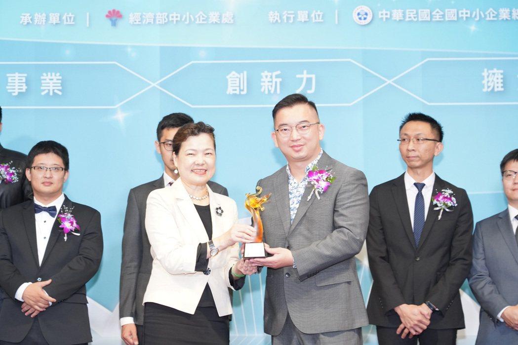 經濟部部長王美花親臨為16家企業頒獎,並讚許新創企業的靈活彈性。 光禾感知/提供