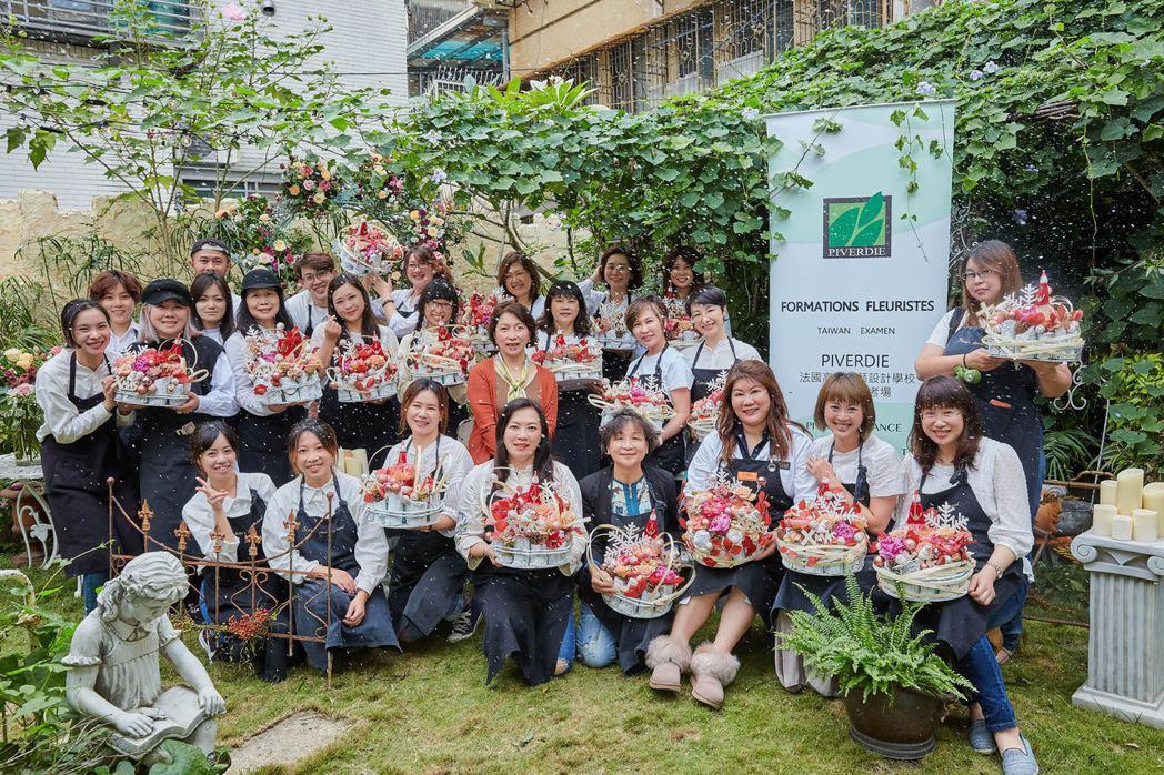 來自全台的花藝設計老師及學員,共同參與耶誕主題法國花藝研討課程。        ...