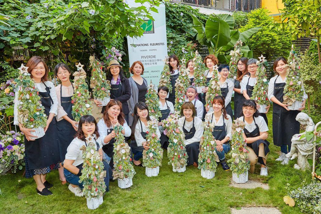 花藝設計老師及學員取得正統專業的PIVERDIE‧FRANCE法國花藝設計檢定認...