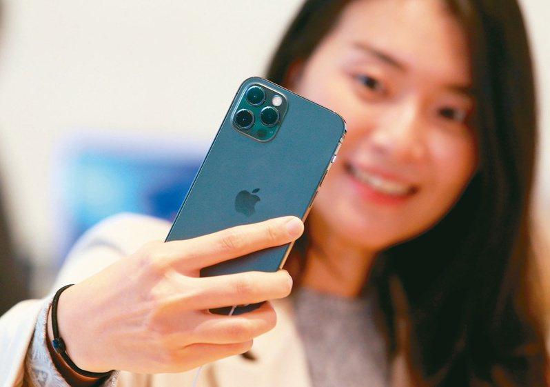 圖為蘋果iPhone 12,12Pro日前在台灣正式開賣。本報系資料照