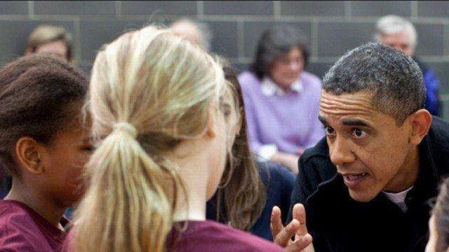 美國前總統歐巴馬在新出版的回憶錄,談及總統任內為了增加跟女兒相處時間,自願擔任小學籃球教練,無奈引起對手家長抗議而辭退。擷自ABC影片
