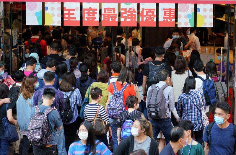 香港衛生署衛生防護中心下午公布,截至18日凌晨,當地新增9例確診,其中6例屬境外移入,分別來自英國、蒙特內哥羅、印尼、菲律賓和巴基斯坦。 圖/中國新聞社