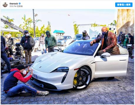 巨石強森不是買不起Porsche Taycan 只是坐不進去!