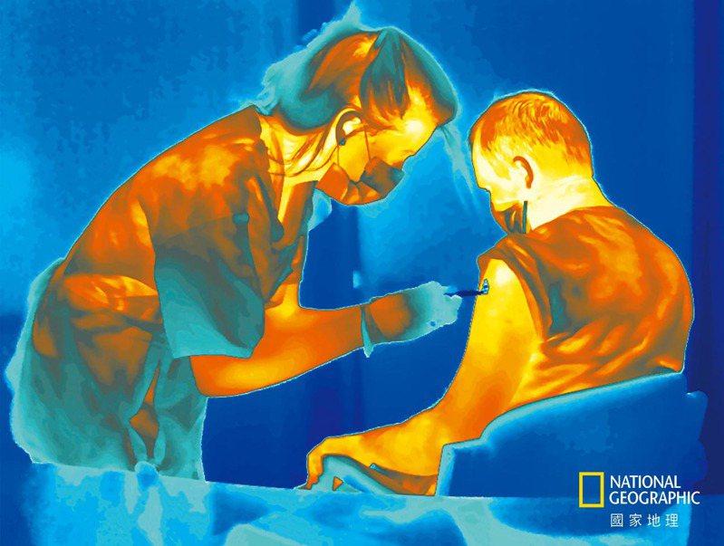 注射由牛津大學研發的COVID-19冷藏試驗疫苗。 攝影:賈爾斯.普萊斯定居倫敦,透過攝影探索社會景觀,常使用不同的成像技術。