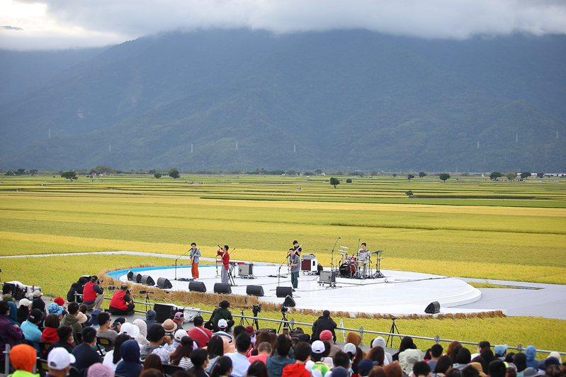 每年於池上稻海中演出的「池上秋收稻穗藝術節」,已經是當地代表性的盛事。記者陳睿中/攝影