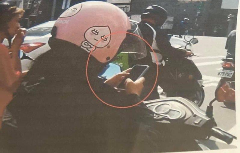 台南市徐姓女子最近被檢舉達人拍到在路口停等紅燈時滑手機,被交通大隊開罰單。圖/讀者提供