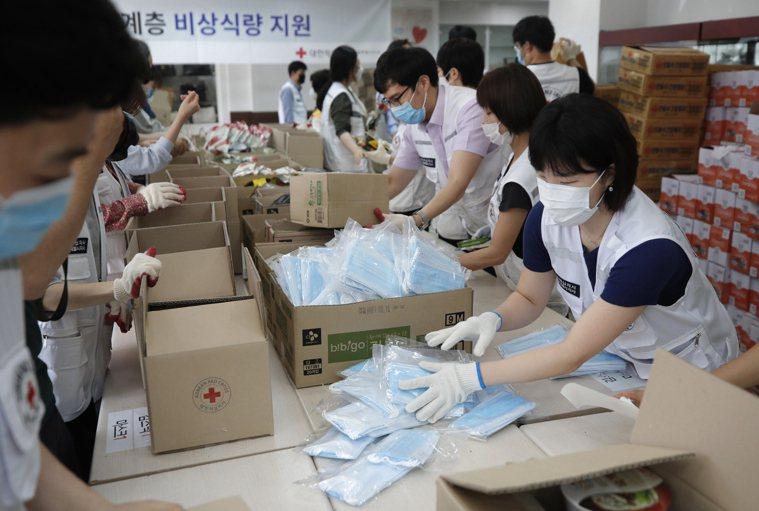 南韓單日確診數突破300例,另一波疫情再起的警鈴大響。 美聯社