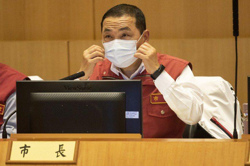 新北市長侯友宜指出,未來風險更高的場所,新北應該要強制戴口罩,也會嚴格要求,絕不會懈怠。記者王敏旭/攝影