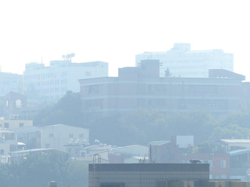 連日來,東北季風盛行,台灣西半部地區位於背風側,擴散條件較差,汙染物濃度較高,尤其是彰化縣沿海的線西、二林及大城,以及及雲林崙背、麥寮的(AQI)空氣品質指標,今天上午均是呈現紅色警示等級。記者劉明岩/攝影