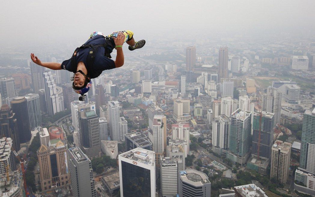 法國極限運動好手李佛特2013年從馬來西亞吉隆坡的吉隆坡塔一躍而下,17日傳出他...