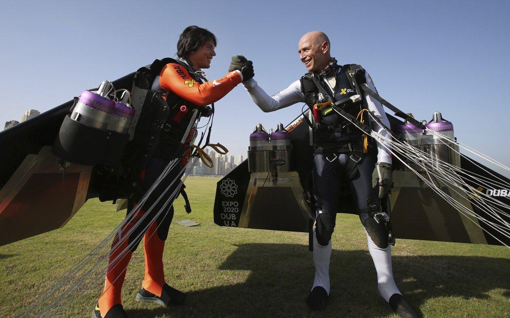 法國「噴射人」李佛特(左)與他的師父羅西,2015年穿上飛行翼背包,和阿聯航空的...