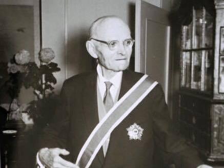 1958年11月法肯豪森接受中華民國政府贈勳,表彰他過去協助訓練中國軍隊抗戰。 圖/翻攝自網路