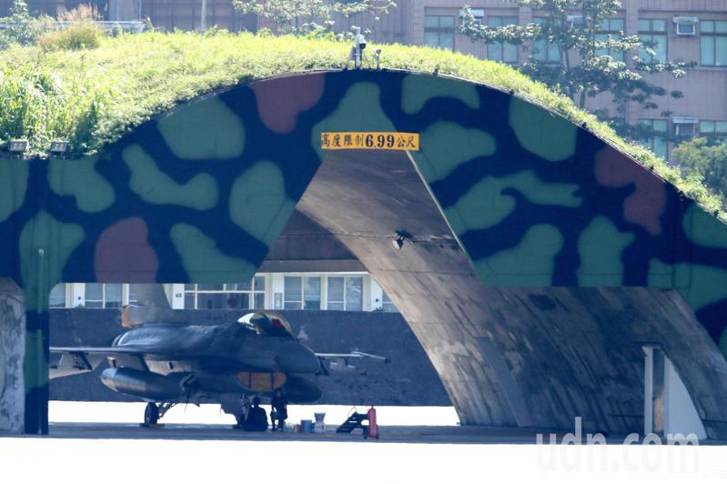 花蓮基地一架F-16戰機失聯,國防部表示,F-16戰機機隊停飛進入「天安特檢」狀態,特檢結束才會復飛,圖為花蓮基地停放的F-16。記者許正宏/攝影