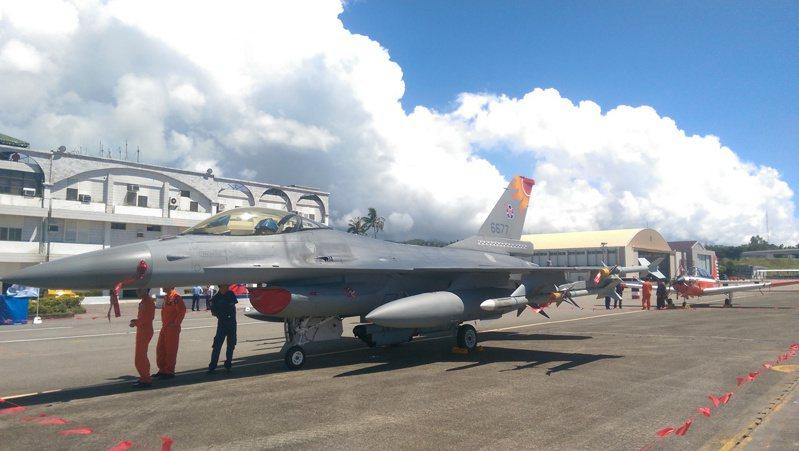 退休飛官指出,F-16是很先進的戰機,尤其緊急求生裝備完善,除了戰機本身黑盒子,彈射椅也有發報信標器,飛行員身上也有信標器可啟動求救訊號。本報資料照片