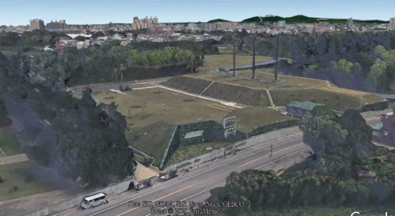 Google衛星地圖日前陸續重啟台北、新北、桃園與台中等4個都會區立體3D影像圖資功能,無意間曝光近年我在桃園龍崗新建的北部地下備援作戰指揮中心。圖/取自Google Earth