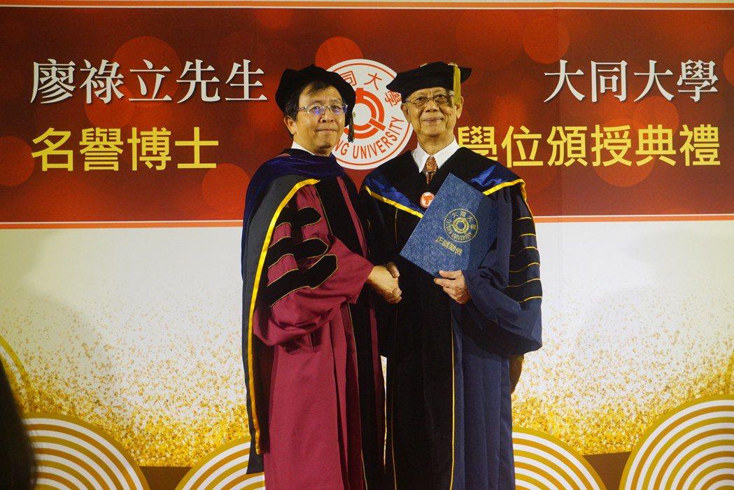 美律董事長廖祿立(右)獲頒大同大學名譽博士,左為校長何明果。圖/大同大學提供