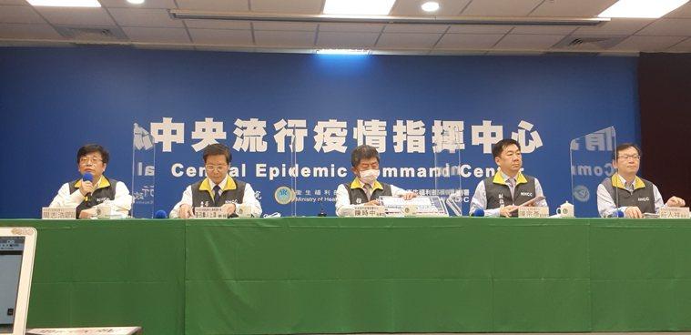陳時中(中)表示,由於65歲以上長者及學齡前幼兒等流感高危險族群接種率,已逐步提...