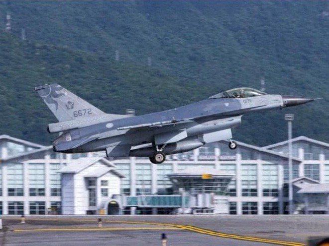 花蓮基地一架機號6672的F-16單座戰機,昨晚18時5分由飛行官蔣正志上校駕機起飛執行例行性夜航訓練任務,戰機雷達光點於18時7分消失於機場東北面9浬處。圖/軍聞社提供