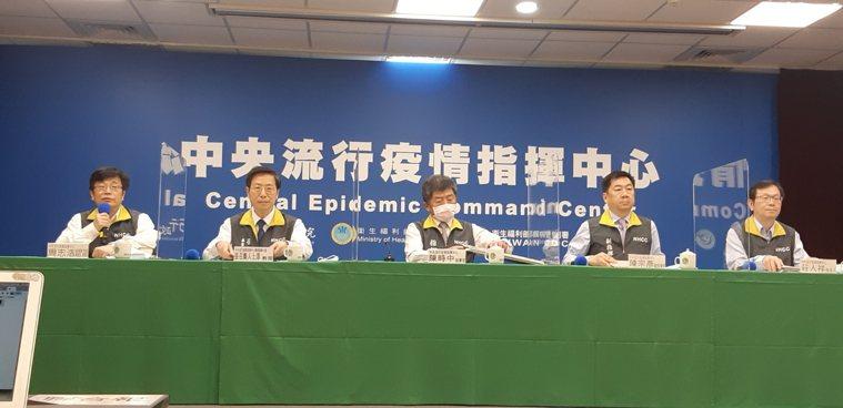 左起為中央流行疫情指揮中心疫情監測組組長周志浩、專家諮詢小組召集人張上淳、指揮官...