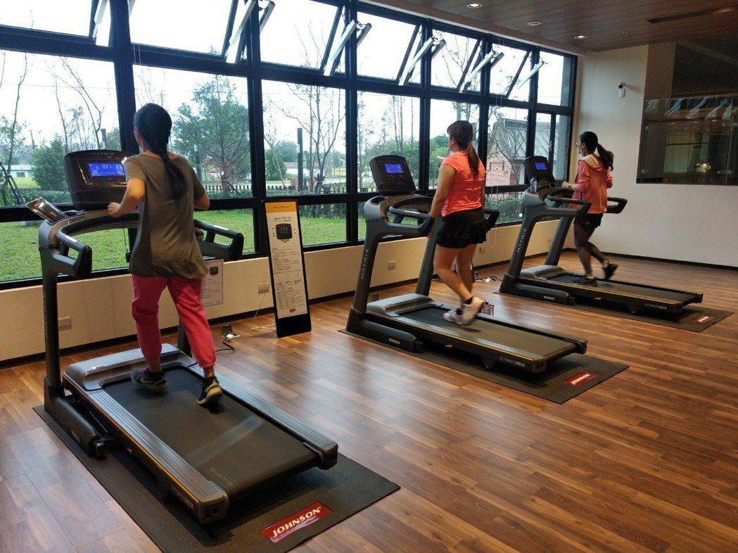 桃園市住宅發展處表示,已完工入住的八德一號社宅,健身房內有設有3台跑步機、3台滑...