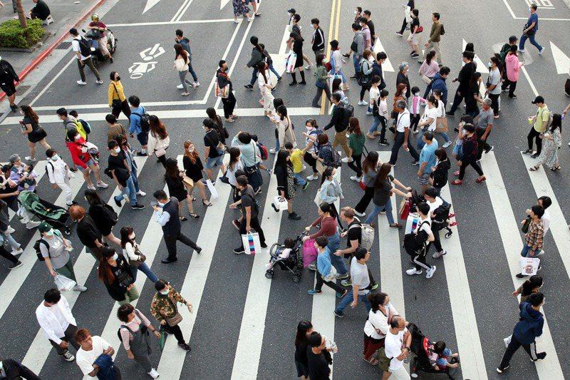 台灣受僱勞工總工時,近幾年都是世界排名第4,血汗勞工成為許多勞工寫照。圖/聯合報系資料照片