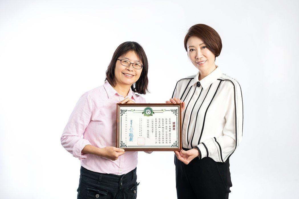 李翊君(右)接受婦援會執行長杜瑛秋致贈感謝獎狀。圖/艾迪昇傳播提供