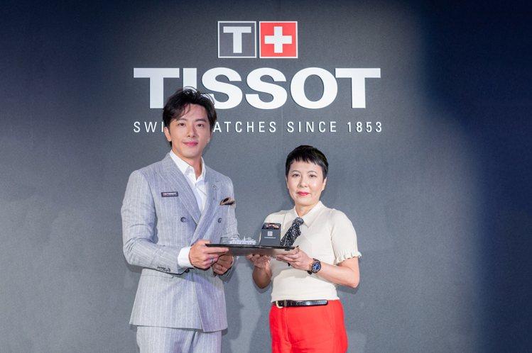 天梭表台灣副總經理Christy(左)代表品牌,致贈謝坤達新款腕表。圖/TISS...