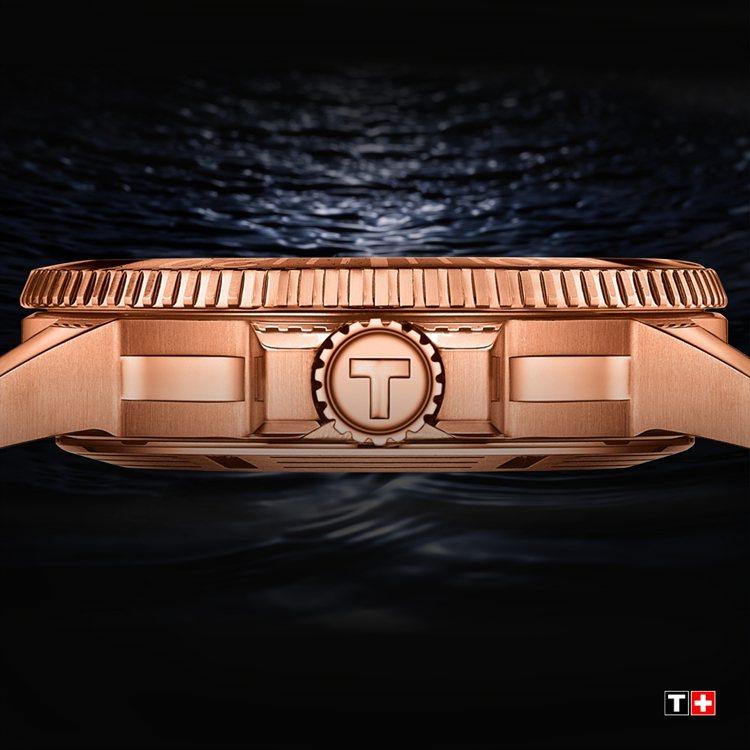 表殼沿用去年全球首發款的玫瑰金PVD鍍層,搭配漸層藍的表盤,兩者相乘更有高級表的...