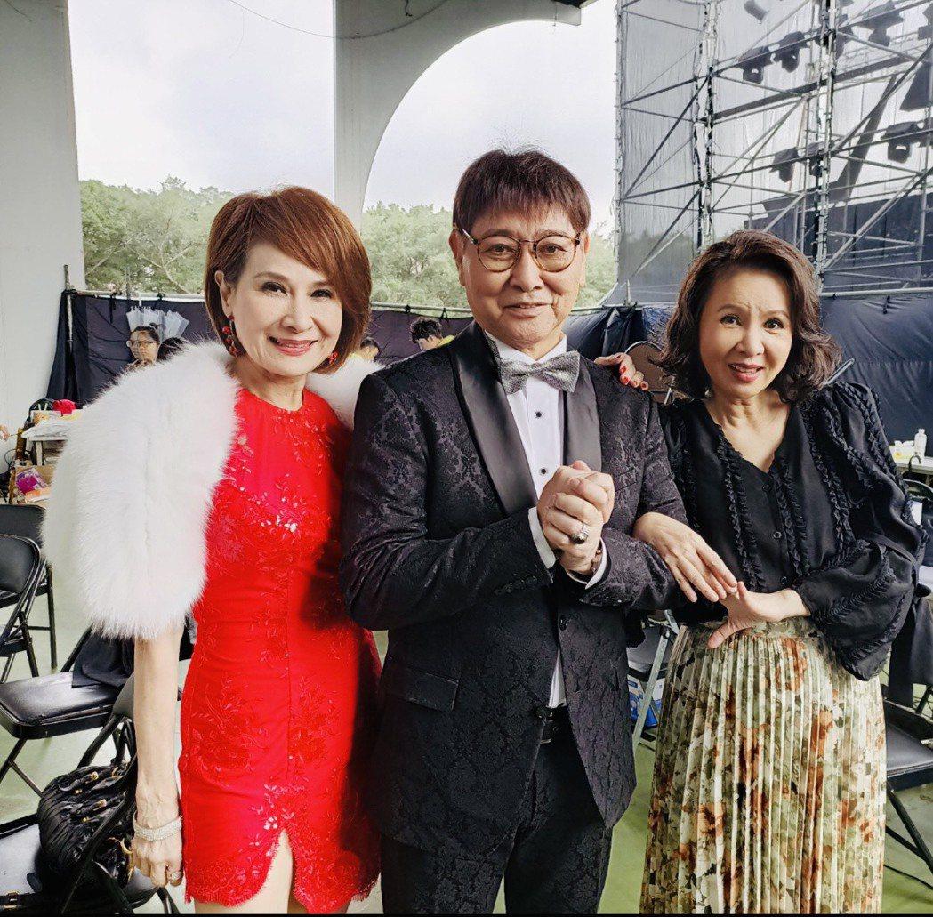 向娃(左起)、康弘、林美照日前錄「超級夜總會」後台歡聚。圖/萬鴻經紀提供