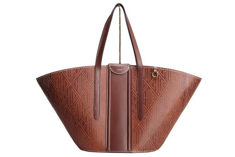 Chloé Fredy古銅棕壓紋大型托特包,69,800元。圖/Chloé提供